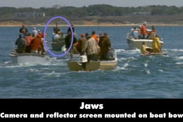 Jaws Film ini kebanyakan syutingnya di atas air, jadi emang harus ada cameraman yang mengambil gambar di atas boat. Tapi dalam scene ini kalau kalian jeli akan melihat salah satu boat yang dinaiki oleh cameraman dan crew.