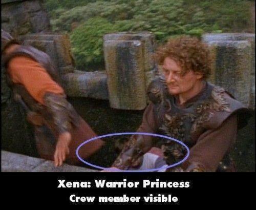 Xena : Warrior Prince Ini juga film kolosal, nah ada adegan di mana keliatan banget ada crew jongkok pas di bawah pemain.