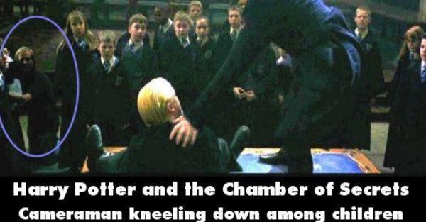 Harry Potter and the Chamber of Secrets Pas adegan ini keliatan banget kalau ada cameramen yang mengambil gambar pas di balik badan anak-anak.