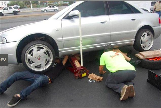 Duh...ngilu deh lihatnya, kalo tiba2 mobilnya jatuh gimana tuh valak...awkkawkwa
