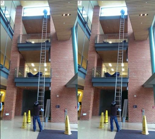 WOW itu tangganya tinggi banget...kalo patah atau miring gitu gimana ya