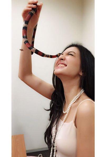 Aww..nggak takut matanya digigit ular mbak Raline, ekstrim banget kan? kamu berani juga nggak?