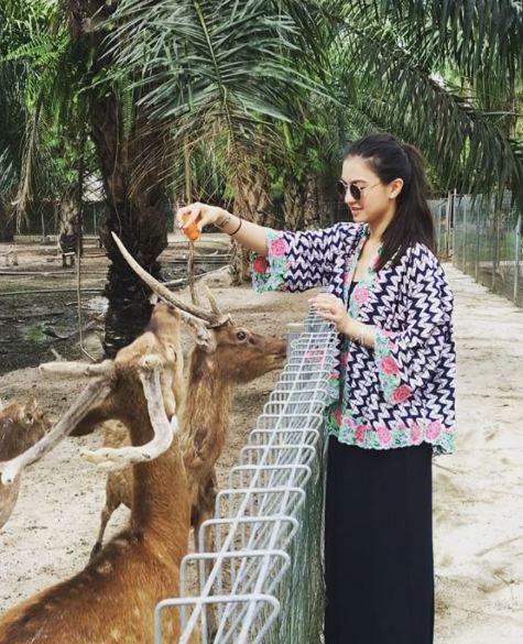 Beberapa foto di atas diambil saat Raline berkunjung ke Taman Hewan Pematang Siantar, Sumatra Utara. Di beberapa foto yang diuanggah Raline, ia tampak memberi makan beberapa hewan seperi Rusa ini. Bagaimana menurutmu kliklinker?