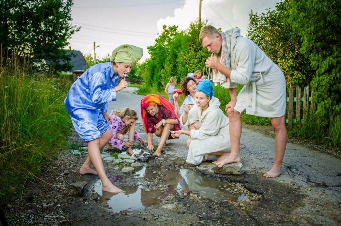 Foto ini memperlihatkan sekelompok orang sedang melakuakn kegiatan mandi dan mencuci di kubangan. Terlihat miris ya sebenarnya..