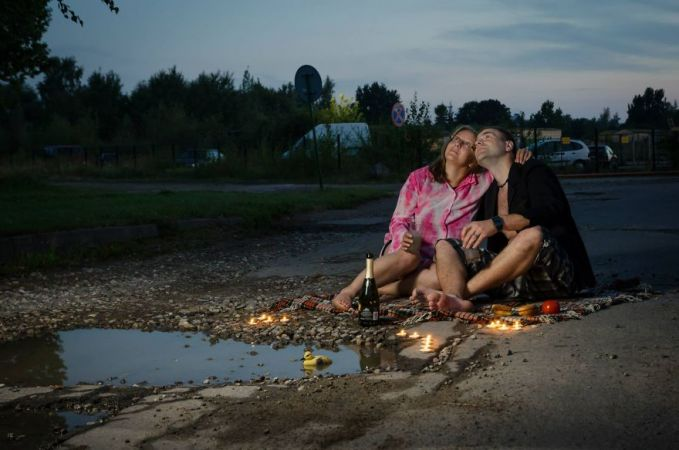 Kalau yang ini lebih jenius lagi, kubangan ini diandaikan sebuah danau, lalu ada sepasang kekasih yang menikmati candle light dinner lengkap dengan wine dan makananannya.