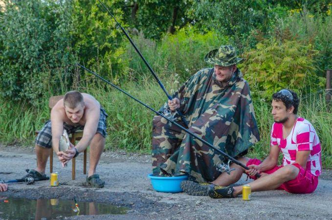 Kalau yang tadi tentaranya sendirian, sekarang ada tambahan 2 orang lagi yang ikutan mancing.