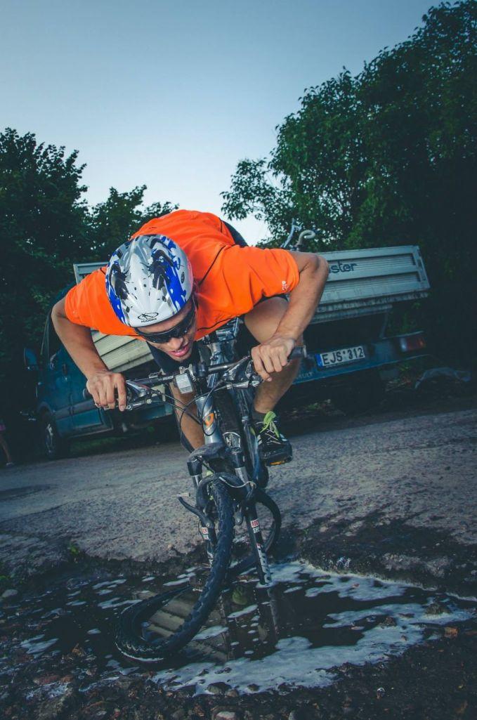 Karena jalan yang berkubang lumayan parah, foto ini mengandaikan seseorang yang bersepeda mengalami kecelakaan hingga roda sepedanya patah dan lepas.