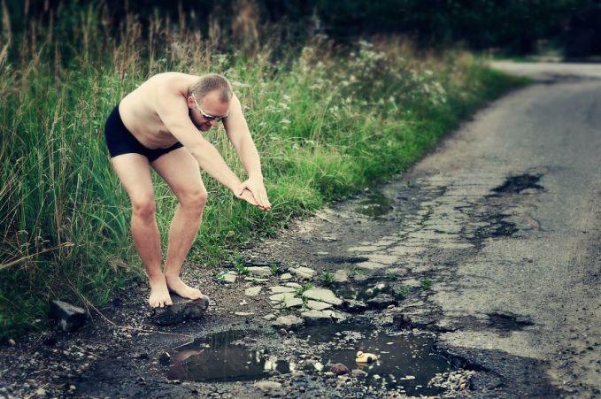 Di andaikan dalam foto ini seorang pria sedang ingin terjun ke kubangan yang dianggap sebagai kolam renang. Walaupun nggak beneran, tapi fotonya terlihat nyata ya?! Keren kan? Kalau ini dilakukan di Indonesia, bagaimana menurutmu kliklinker?