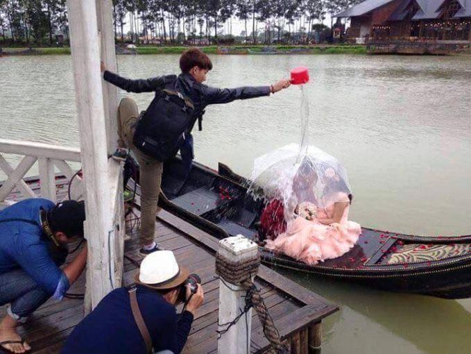 Begini caranya agar dapat efek hujan seperti yang ada di adegan Film, disiram pake gayung dan ambil airnya langsung dari Sungai