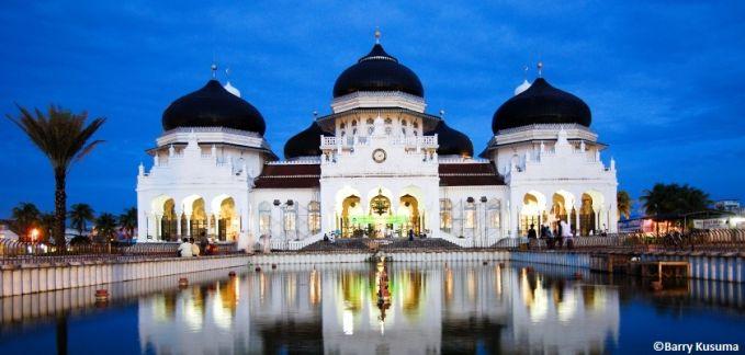 Masjid Raya Baiturrahman Masjid Raya Baiturrahman ini adalah sebuah masjid Kesultanan Aceh yang dibangun oleh Sultan Iskandar Muda Mahkota Alam pada tahun 1022 H/1612 M. Bangunan indah dan megah yang mirip dengan Taj Mahal di India ini terletak tepat di jantung Kota Banda Aceh dan menjadi titik pusat dari segala kegiatan di Aceh Darussalam.