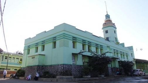 Masjid Gereja Masjid ini memiliki keunikan karena mirip dengan bangunan gereja. Masjid yang berlokasi di Garut. Ciri yang menegaskan bahwa bangunan tersebut adalah masjid, hanyalah kubah dan menara. Masjid ini selain berfungsi sebagai masjid dan pesantren, pada zaman kolonial digunakan sebagai pesantren sekaligus tempat latihan perang.