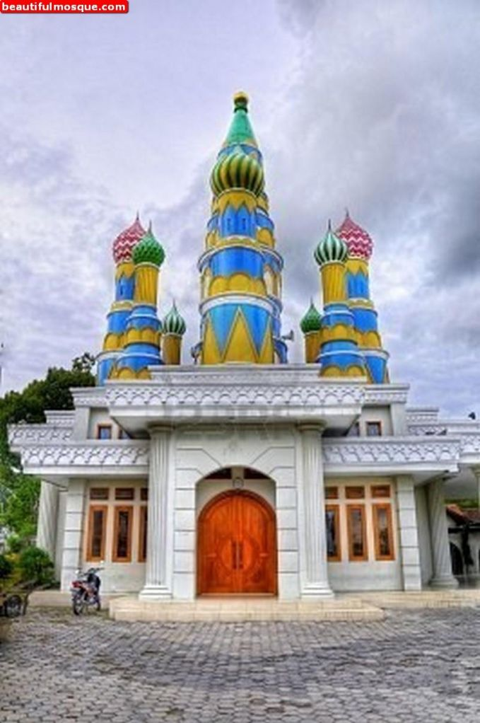 Masjid Pintu Seribu Masjid yang berdiri di atas tanah seluas 1 hektar di Tangerang ini didirikan sekitar tahun 1978. Pendirinya adalah seorang warga keturunan Arab yang warga sekitar menyebutnya dengan sebutan Al-Faqir. Masjid ini memang memiliki banyak sekali pintu, namun tidak memiliki kubah besar sebagaimana masjid pada umumnya.