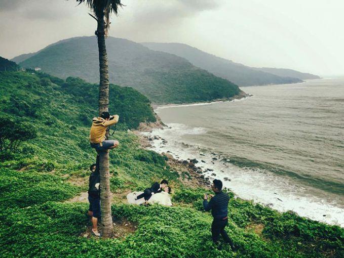 Untung juga ada pohon kelapa disitu yang bisa dinaikin demi hasil foto yang keren dari atas.