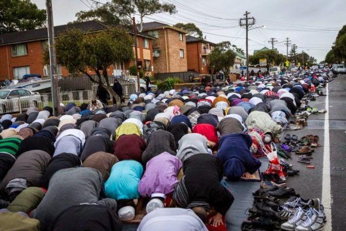 AUSTRALIA Sebagai salah satu negara terdekat dari Indonesia, Australia merayakan Lebaran dengan cukup meriah. Hal ini tentu sangat istimewa mengingat Australia bukan negara muslim. Perusahaan memberikan toleransi kepada karyawan yang muslim untuk mendapat libur, kawasan yang mayoritas muslim pun dapat menggunakan jalanan umum untuk shalat Ied. Australia memang negara sekuler yang memberikan kebebasan kepada masyarakatnya untuk mempraktikkan ajaran agamanya masing-masing.