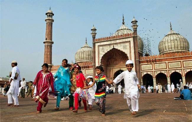 India Pemeluk islam di India biasanya akan berkumpul di Jama Masjid yang terletak di New Delhi untuk melakukan shalat Id. Masjid ini menjadi pusat perayaan Idul Fitri di New Delhi, ibu kota India. Mereka juga menyiapkan hidangan khusus yang disebut dengan siwaiyaan, yakni campuran bihun manis dengan buah kering dan susu. Siwaiyaan hadir dalam beragam bentuk dan warna.