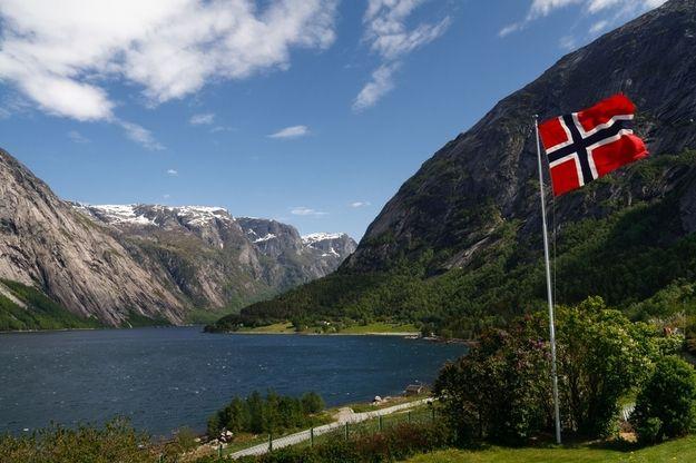 7. Norwegia Pemerintah Norwegia menerapkan larangan merokok yang diterapkan sejak 2004, di semua tempat tertutup. Nggak heran kalo jumlah perokok di negara ini terus menurun.