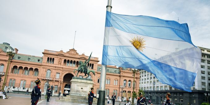 10. Argentina Pemerintah Argentina melarang merokok di tempat umum, bar dan restoran dimulai pada Oktober 2006. Dan penyakit terkait tembakau diperkirakan akan memberikan kontribusi terhadap 40.000 kematian per tahun.Mereka sadar banget akan bahaya yang ditimbulkan oleh rokok.