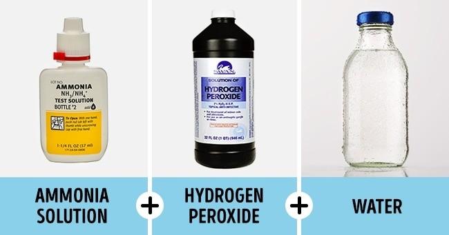 Mencuci Secara Intens Caranya : Tambahkan 1/4 cangkir hidrogen peroksida dan 4 tetes amonia ke dalam satu liter air. Lalu rendam pakaian ke dalam dalam larutan ini selama 10 menit. Kemudian bilas sampai bersih. Catatan: Solusi ini lebih jitu dan efektif dari yang lain.Tapi, jangan lupa untuk memakai sarung tangan saat menggunakannya.