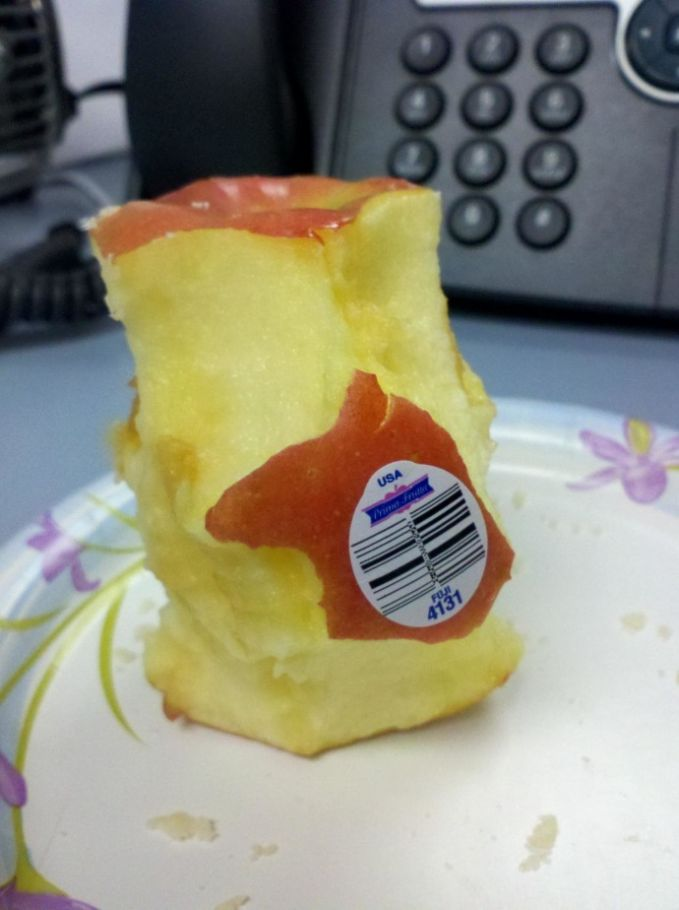 Apel yang masih ada barcodenya ini nggak dimakan sampai habis gara-gara dia malas buat mengelupas stikernya.