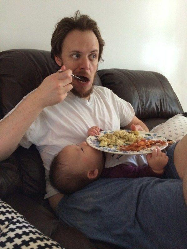 Kalau ini lebih tepanya bukan malas, tapi multitasking. Bener nggak bapak-bapak?
