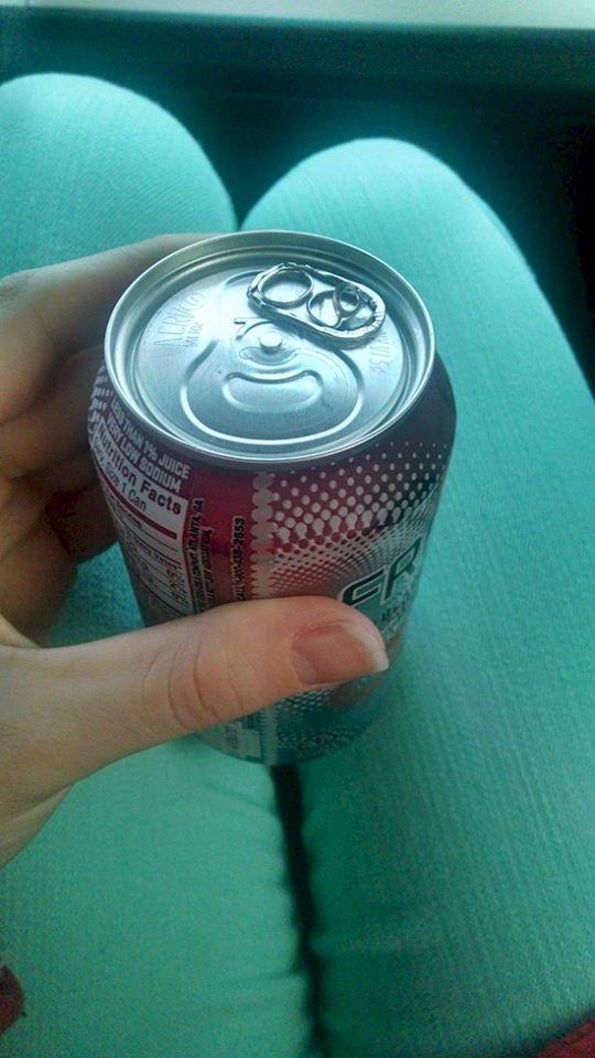 Nah, mau minum minuman kaleng tapi kawat pembukanya salah tempat, gimana cara membukanya ya? Lain kali teliti sebelum membeli deh..