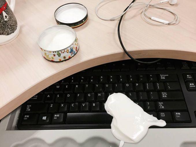 Pas mau memakai cream, eehh creamnya tumpah, parahnya lagi tumpahnya di keyboard Pulsker. Bakalan ribet deh ngebersihinnya..ckckck