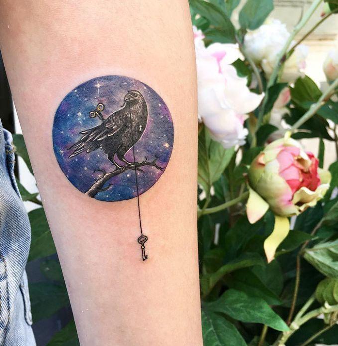 Tatto Bulat : Seekor Burung Di tengahnya di kelilingi warna Ungu.