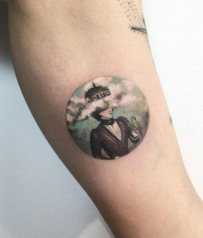 Tatto dengan Pesan tertentu, seorang wanita dan rumah diatas kepalanya.