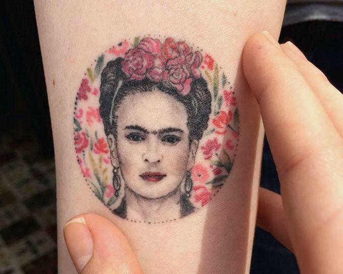 desain seorang wanita dan penuh Bunga.