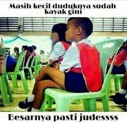 Posisi Duduk Juga Ada Memenya Lho! (8 Foto)