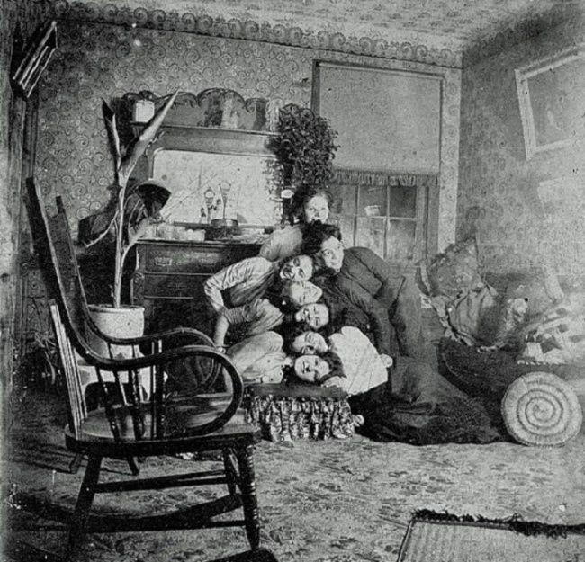 Ini ceritanya mereka lagi foto keluarga dengan pose yang unik banget kaya gini. Foto ini diambil oleh orang Victoria dengan ide briliannya. Bisa ditiru nih!