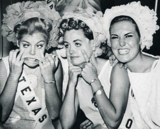 Ini adalah ratu-ratu kecantikan dengan muka anehnya. Tapi kalau aslinya udah cantik, mau dianeh-anehin wajahnya ya tetap aja cantik.