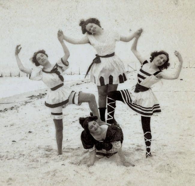 Tiga gadis ini mencoba berfoto konyol dengan membentuk dirinya seperti piramid. Mungkin semacam cheerleader kalau jaman sekarang Pulsker