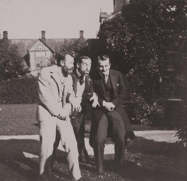 Tsar Nicholas II dari Rusia, Pangeran Nicholas dari Yunani, dan seorang pria tak dikenal sekitar 1899 sedang berpose dengan wajah konyol. bisa juga ya bangsawan kaya gitu ya Pulsker?!