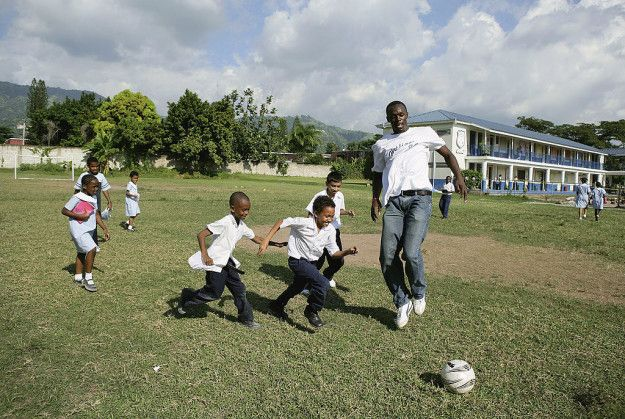 Sampai hari ini Bolt masih tinggal dan berlatih di negara asalnya, Jamaika. Salah satu alasannya adalah bahwa ia ingin dekat dengan keluarga, teman, dan pelatihnya. Alasan lain adalah bahwa Jamaika hampir ga memiliki budaya selebriti, sehingga dia ga perlu khawatir tentang paparazi. Pulsker ada yang mau mecahin rekor dunianya Bolt? Jangan lupa share ke temen kamu ya Pulsker siapa tau dia mau mecahin rekor dunianya Bolt.