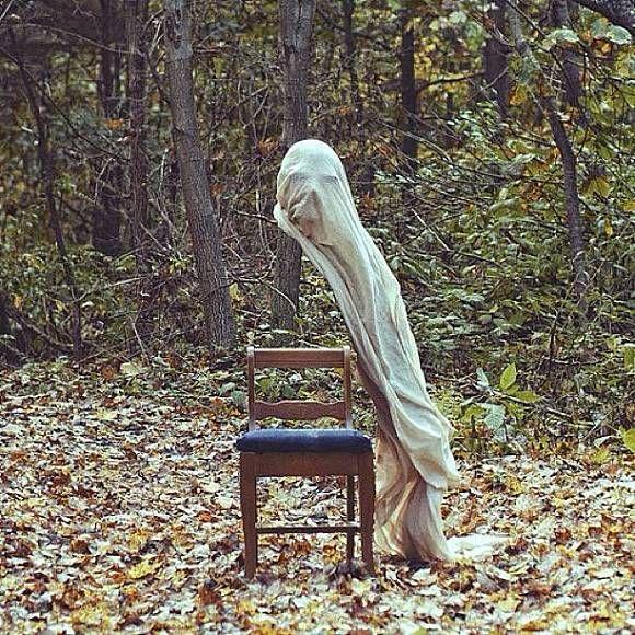 Lagi, dalam foto ini terlihat seperti orang yang sedang duduk tapi tidak memiliki badan, tangan dan kaki hanya kepala saja yang melayang tertutup kain putih.
