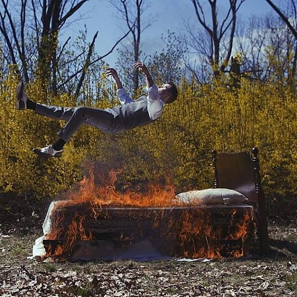 Pria ini seperti jatuh dari ketinggian, dibawahnya ada sebuah ranjang yang siap menangkapnya, tapi sayang ranjangnya penuh dengan api berkobar.