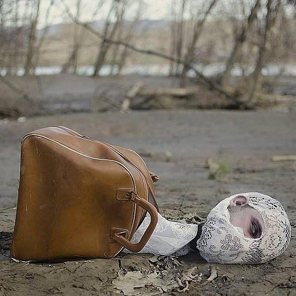 Hiii..ada kepala buntung yang keluar dari tas!!