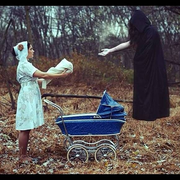 Ini yang lebih menyeramkan dan misterius, seorang perawat sedang memberikan persembahan bayi kepada sosok hitam yang melayang didepannya..