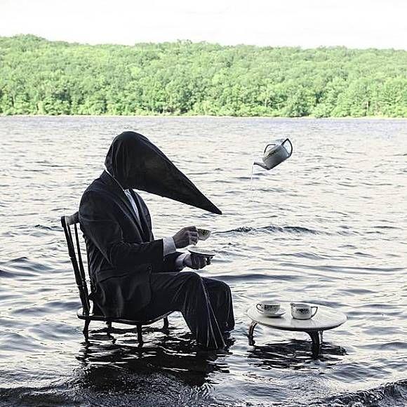 Seorang pria misterius dengan tutup kepala hitam sedang duduk didalam danau dan menikmati teh yang dituangkan poci melayang.