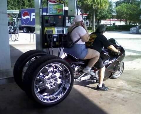 WOW....ini baru namanya motor gede. Bukan hanya motor saja yang gede, orang yang naikin pun juga gede. Mantap kan?