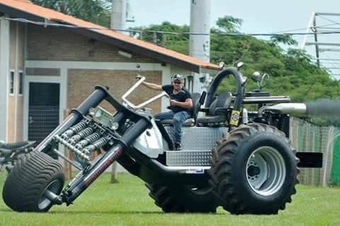 Kalau yang satu ini motor atau traktor ya pulsker?. Tapi kreatif juga modifikator motor ini pulsker. Bisa jadi alternatif bagi para petani disawah, karena bisa juga jadi semacam traktor. Hehee