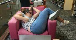 10 Meme Tentang Foto Wanita Tidur Di Kursi Yang Menjadi Viral Media Sosial