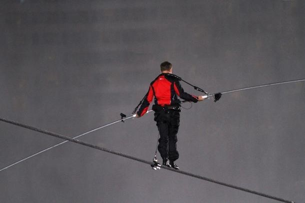 Pemegang 9 Guinness World Records, Nikolas Wallenda, pemain akrobat Amerika, akrobat udara, stuntman, artis kawat tinggi, dan penulis terkenal sebagai orang pertama yang berjalan di atas tali membentang langsung di atas Air Terjun Niagara. Dia memerlukan waktu 2 tahun untuk mendapatkan persetujuan dari Kanada dan Amerika Serikat untuk melakukan pencapaian yang luar biasa itu.