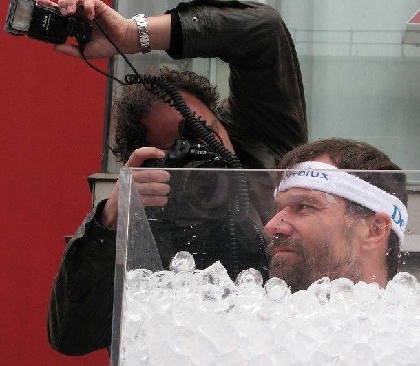 Dikenal sebagai The Iceman, Wim Hof, seorang stuntman asal Belanda, memegang 20 rekor dunia termasuk rekor dunia untuk mandi es dengan waktu terlama. Pada tahun 2011, ia memecahkan rekor sebelumnya (dirinya sendiri) dengan direndam dalam es selama 1 jam, 52 menit, dan 42 detik.
