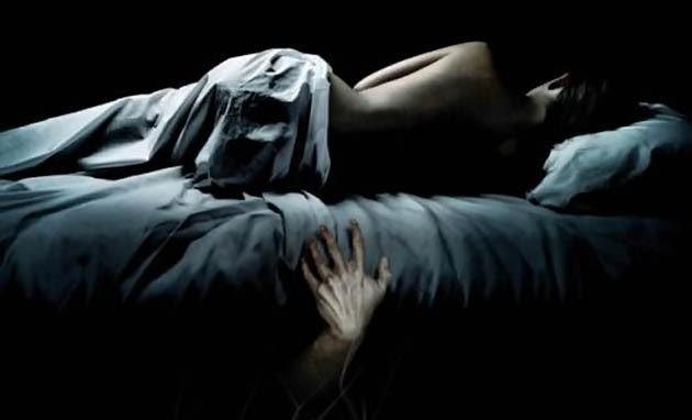 Dibawah ranjang kasur Katanya sih, karena dibawah ranjang itu gelap, makanya hantu suka benget nongkrong disana Pulsker. Apa kamu tidur menggunakan kasur berdipan Pulsker? Pernah nggak ngerasa takut saat melihat ke bawah ranjangmu? Hii..jangan-jangan ada sosok di sana Pulsker.