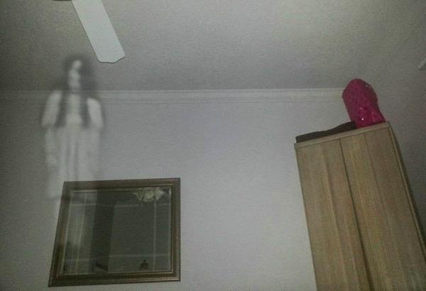 Dipojok atas ruangan kamar Pojok atas ruangan kamar yang lebih cocok untuk laba-laba bersarang ini, menjadi salah satu tempat favorit para hantu, seperti kuntilanak dan genderuwo. Dari pojok atas itulah sang mbak kunti akan terus menerus memperhatikan setiap gerak-gerikmu.