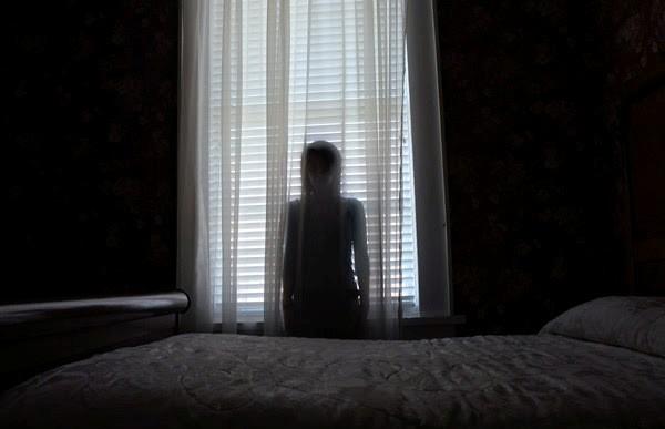 Jendela kamarmu Nah, pernah nggak kamu merasa seperti ada sosok yang memperhatikanmu dari balik jendela? Bisa jadi itu adalah makhluk astral yang sedang memperhatikanmu Pulsker. Mulai sekarang tutup rapat jendela kamarmu dengan korden ya Pulsker biar nggak ada yang ngintip.