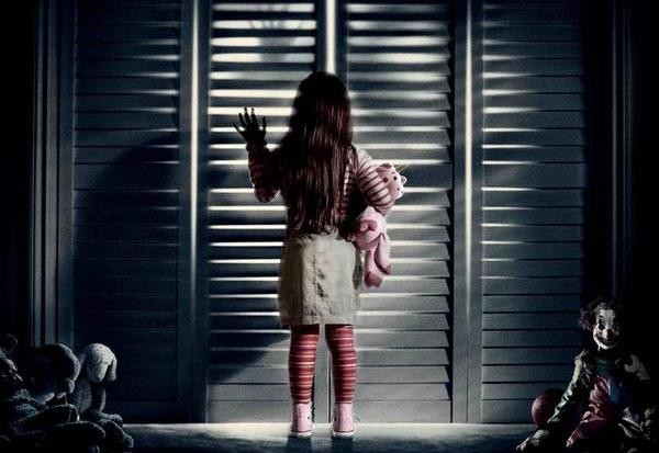 Di dalam lemari Kalau kamu punya lemari gantungan, katanya sih itu adalah tempat favorit hantu karena jika lemari ditutup, akan gelap didalamnya. Hantu kan suka banget tempat yang gelap dan sepi Pulsker.