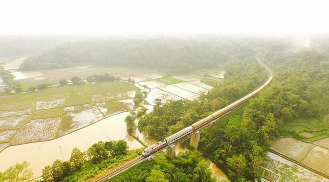 Cicongkok, Serang – Banten Wah..foto ini diambil di Indonesia lho Pulsker, tepatnya di Serang, Banten. Pas banget kan pemandangan hamparan sawah khas Indonesia dengan lekukan rel yang sedang dilewati kereta api. Indonesia banget deh!